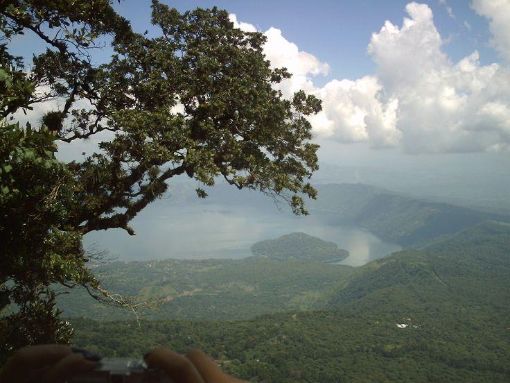 Vista del Lago de Coatepeque desde el Parque Nacional Cerro Verde, El Salvador.