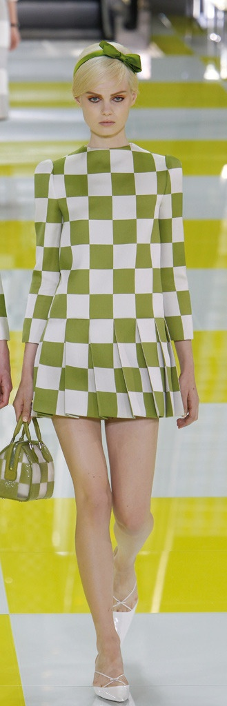 Vestido 'mini' con estampado geométrico, de Louis Vuitton.