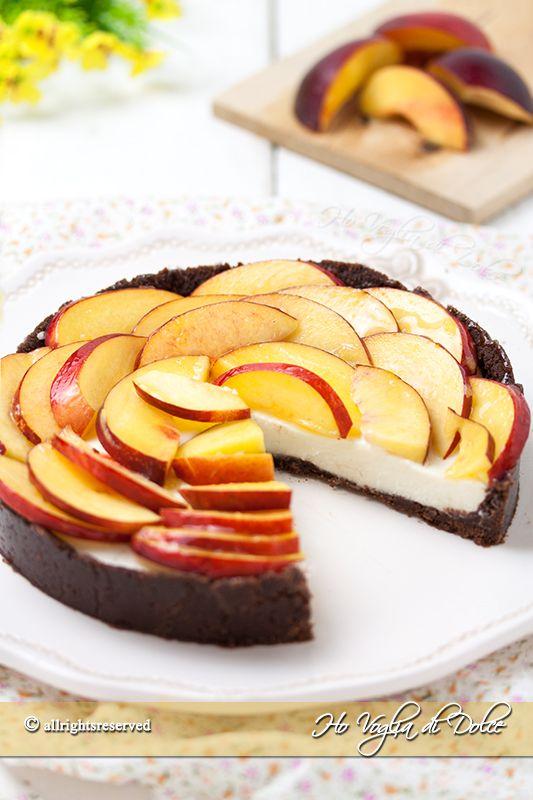 Crostata senza cottura alle pesche ricetta facile, fresca e senza forno. Un dolce estivo cremoso realizzato con biscotti e frutta perfetta per la merenda.