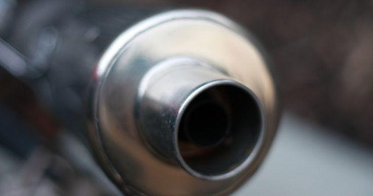 Cómo hacer que el tubo de escape de una moto sea más silencioso. A medida que tu moto envejece, se pueden desarrollar unos agujeros en el silenciador, haciendo que los gases se escapen en más de un lugar y haciendo que el motor suene más fuerte. Este sonido más fuerte también puede ser causado por el filtro de aire en el tubo de admisión o por un embalaje roto o dañado del silenciador, llamado el deflector. ...
