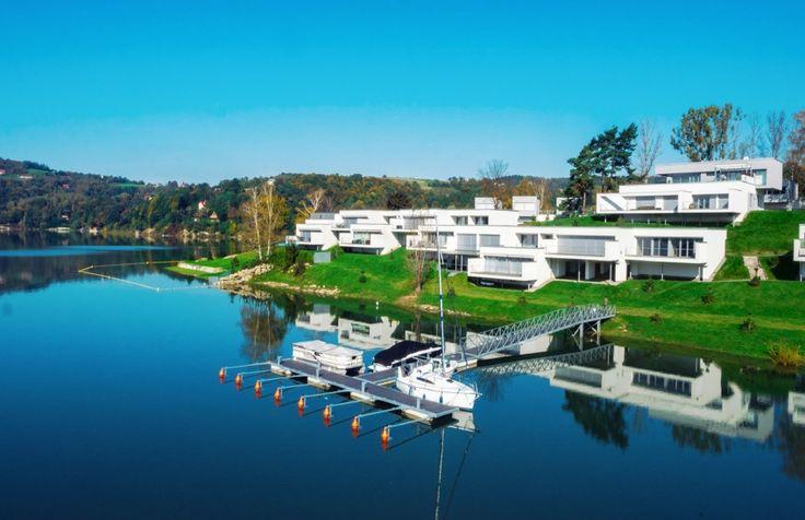 Ekskluzywny, całoroczny Apartament Słoneczny*19 mieści się w samym sercu nowoczesnego ośrodka wypoczynkowego Lemon Resort SPA w Gródku nad Dunajcem, przy samym Jeziorze Rożnowskim. Do Państwa dyspozycji przygotowaliśmy luksusowo wykończony apartament o powierzchni 60m2. Dla 6-ciu osób, tak aby Wasz pobyt tutaj był niezapomniany. APARTAMENT SŁONECZNY*19 przygotowany został z dbałością o każdy element, a wszystko po