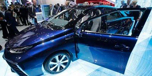 Toyota lanza un auto impulsado por hidrógeno   Toyota ha dado un paso adelante en su búsqueda de eliminar las emisiones de carbón con el lanzamiento del sedán Mirai impulsado por hidrógeno.  La marca japonesa pionera del híbrido gas-eléctrico considera los automóviles a hidrógeno como el objetivo final después de los híbridos y los eléctricos.  El nuevo director general para la región Johan van Zyl dijo a la prensa en un aparte en el Salón del Automóvil de Fráncfort el lunes que la…