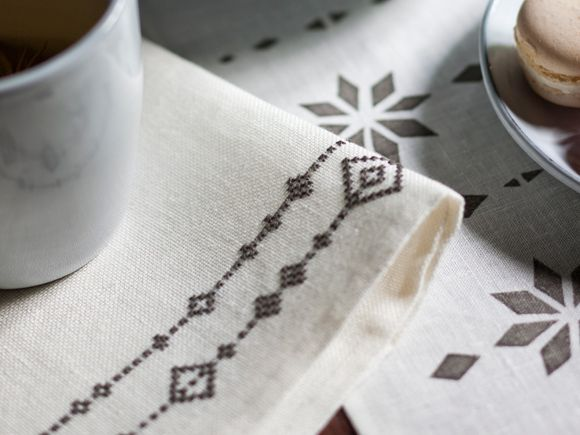 Christmas decorate your napkins and tea cosy by cross-stitch. Pattern from Finnish magasine: Kotiliesi
