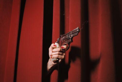 Женщины рука курение Smith & Wesson Револьвер Model 19
