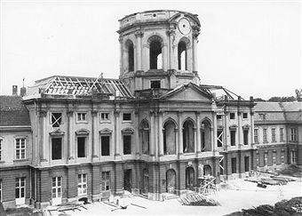 Berlin Schloss Charlottenburg - Beginn der Rekonstruktion des Dachaufbaus des im 2. Weltkrieg zerstörten Gebäudes (1953)