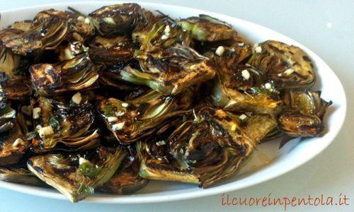 Questi carciofi grigliati marinati sono una ricetta del mio amico Francesco. Sono dei semplici carciofi grigliati e poi marinati in olio, aglio e aromi vari ma vi assicuro che sono veramente eccezionali!