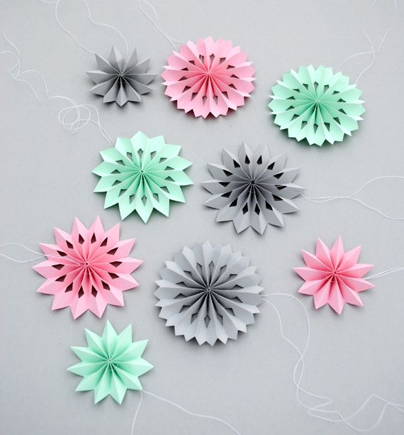 Mini paper medallions made with strips of paper and sewn together. Interesting way to make these. Can make as big or as small as you want, just make sure it's 8 times as long as it is wide.
