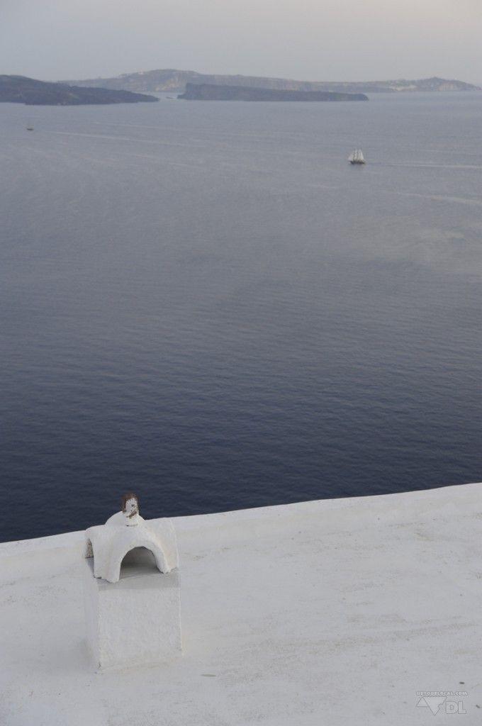 Choisir une Île Grecque: Aperçu Santorini (Detour Local) -> A flanc de montagne, les petites maisons blanches de Santorini www.detourlocal.com/escapade-visuelle-santorini/
