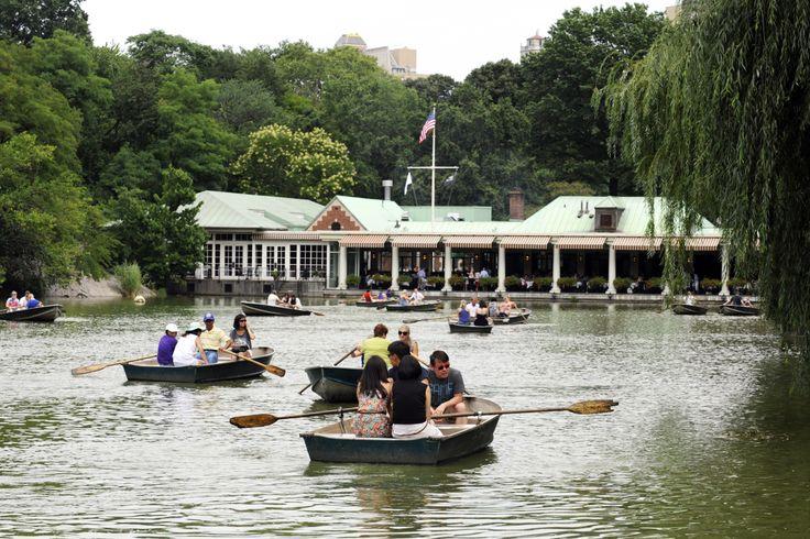 """•Passeios de barco no lago – alugar um barco a remo no """"Loeb Boathouse"""" tem sido uma atividade de família no Central Park desde o século 19, e continua a ser uma excelente escolha nos meses de primavera e verão. Nessas viagens ao redor do lago, os visitantes podem ver muitos cisnes e patos."""