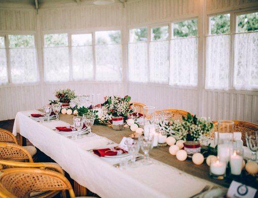 Оригинальное декор свадебного стола в стиле рустик. Гирлянда расцветки «Ivory» из хлопковых фонариков.