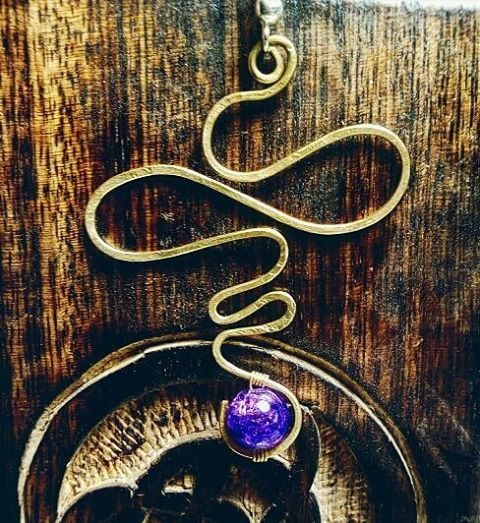 Orecchino in ottone battuto e perlina in vetro, Per sapere il prezzo visitate la pagina facebook, https://www.facebook.com/creazionirame/ #orecchini#ottone#wire#perline#bijou#artigianato#handmade#bijoux#earring