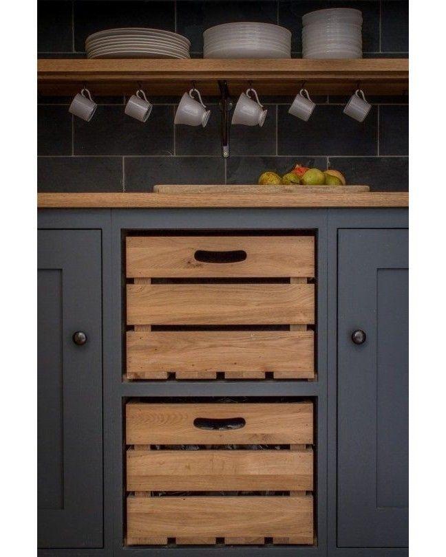 Ideia bacana para uma cozinha com estilo! Caixotes já embutidos na marcenaria. http://ift.tt/1oztIs0 Pinterest:  http://ift.tt/1Yn40ab