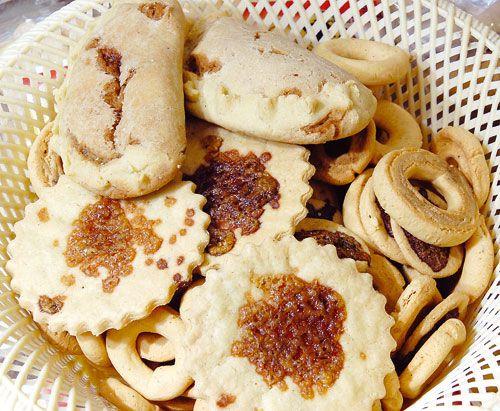 """Receta: 1 1/2 tz de queso finamente rallado (seco o semi seco, el mas parcido es el Mexican crumbling cheese), 2 tz de Maseca, 2 cuharadas de polvo de hornear, 1 huevo, 4 cucharadas de mantequilla derretida (Land O Lakes butter), 1 1/2 tz de leche. Amasar todo, hacer las rosquillas y hornear a 350 F por 25 minutos. Dejar enfriar y guardar en un recipiente sellado. Quedan un poco blanditas pero, en uno o dos dias """"añejan"""" y enduran."""