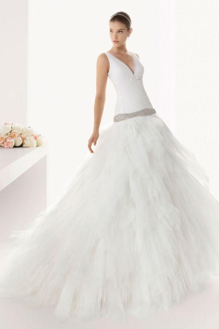 Robe de mariée à la taille plongeante avec jupe volumineuse