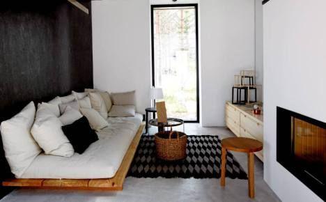 Sohva on rakennettu yksinkertaisista lankuista, patjasta ja muhkeista tyynyistä.