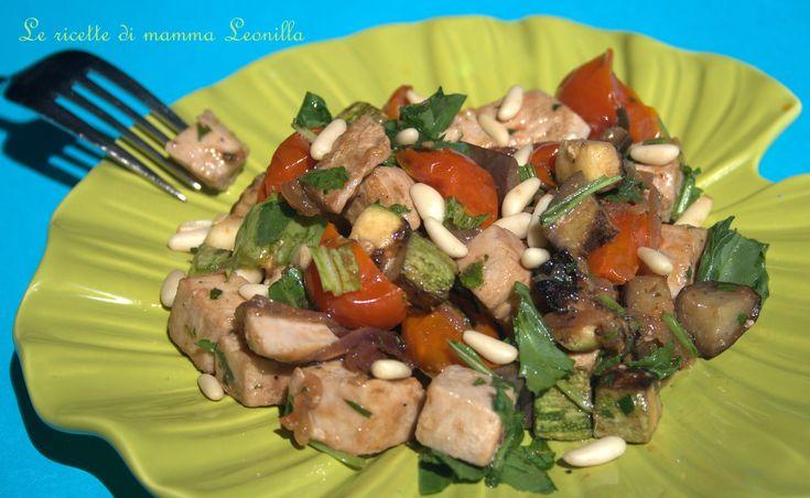 INSALATA+DI+TONNO+FRESCO+CON+VERDURE+GRIGLIATE+E+PINOLI+-ricetta+pesce