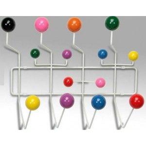 alegre perchero de pared con multiples ganchos de varios colores todos ellos muy alegres estos