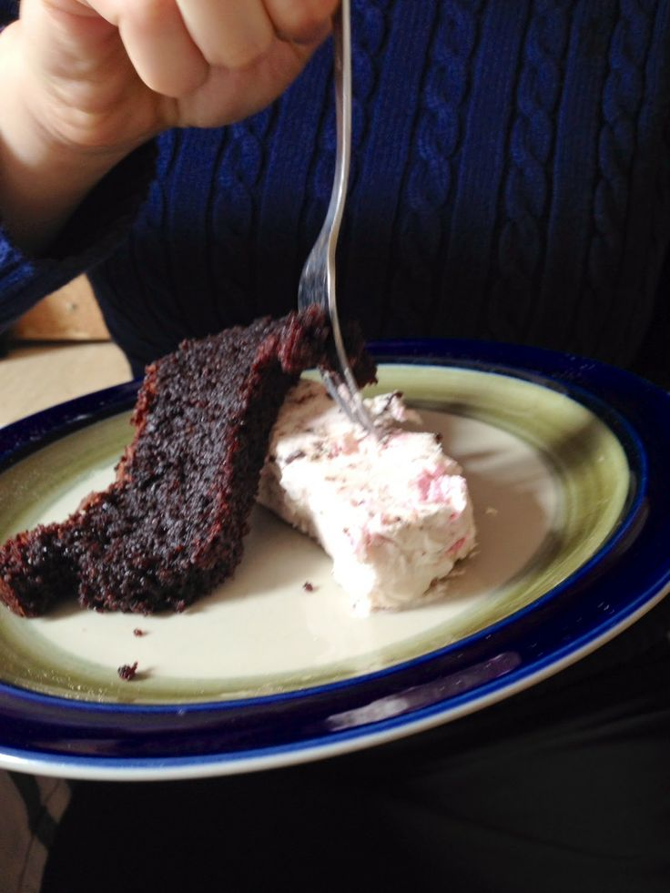 Gluten- og melkefri sjokoladekake og laktosefri is!