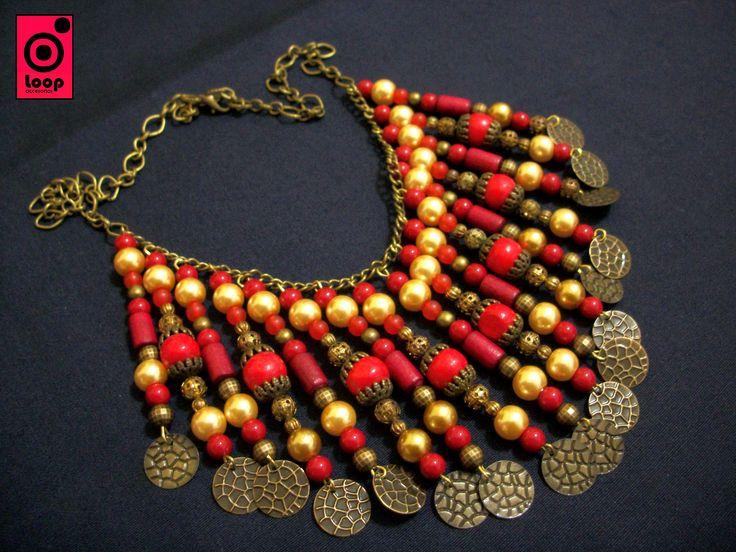 Una de nuestras creaciones, collar delicado en perlas de vidrio y finas cuentas en tonos de rojo, con apliques en metal, un sueño!