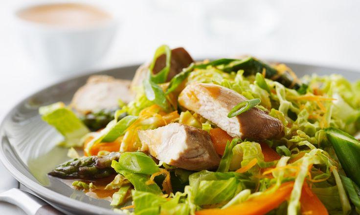 Voici une salade idéale pour le printemps qui célèbre les asperges et les ciboulettes fraîches. Vous adorerez la vinaigrette piquante au gingembre et au sésame.