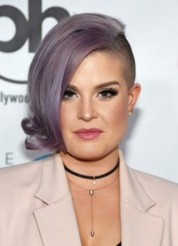 Kelly Osbourne's purple asymmetrical undercut bob, mohawk, colored short hair, shaved sides, cabelo curto assimétrico roxo, moicano colorido