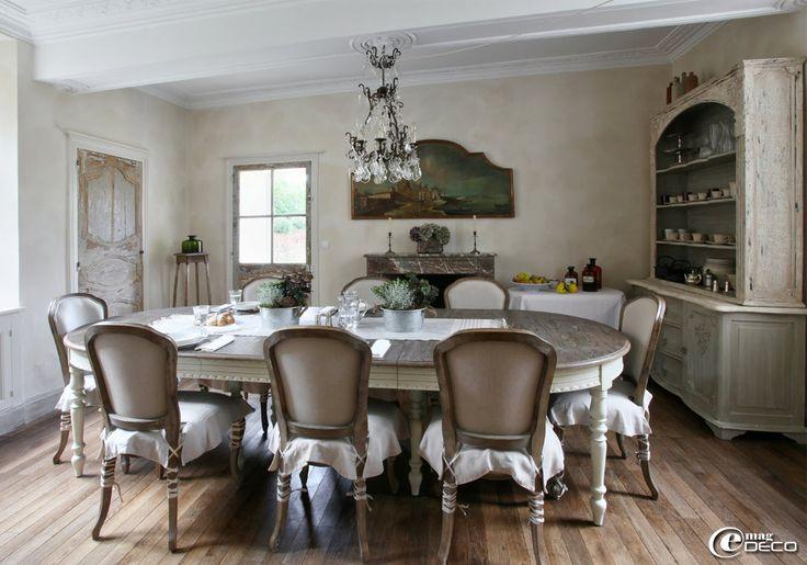 Dans la salle manger de la maison d 39 h tes 39 h tel de for Chaise blanc d ivoire
