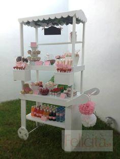 Felicità adorna su carrito de dulces de acuerdo a tu evento.