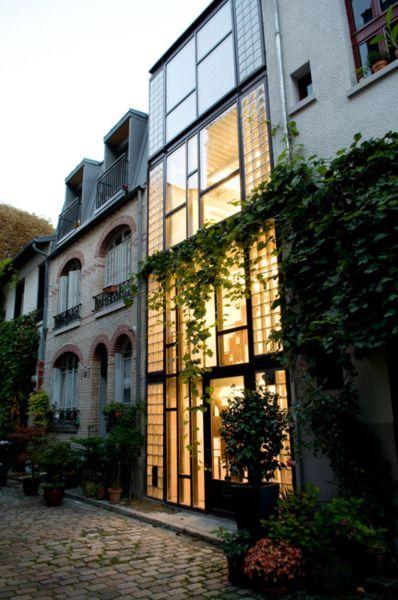 Simple façade vitrée dans un contexte urbain serré