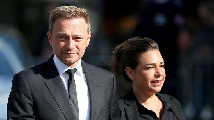 Trauerfeier für Guido Westerwelle (†54) | Heute sagen Freunde ein letztes ADIEU -  Auch der amtierende FDP-Vorsitzende Christian Lindner (37) und seine Frau Dagmar Rosenfeld nehmen Abschied