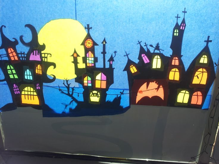 Halloween, foto moest eigenlijk van buiten genomen worden, maar je snapt de bedoeling. Zwart karton uitknippen en de ramen met vliegerpapier beplakken.