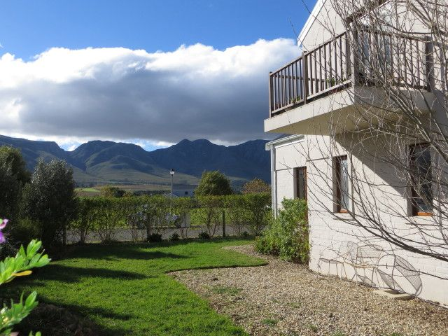 Modern home in secure estate, fantastic mountain views,walking distance to the river and on the border of a vineyard. Lovely double volume living areas with modern finishes and an undercover patio overlooking the vineyard