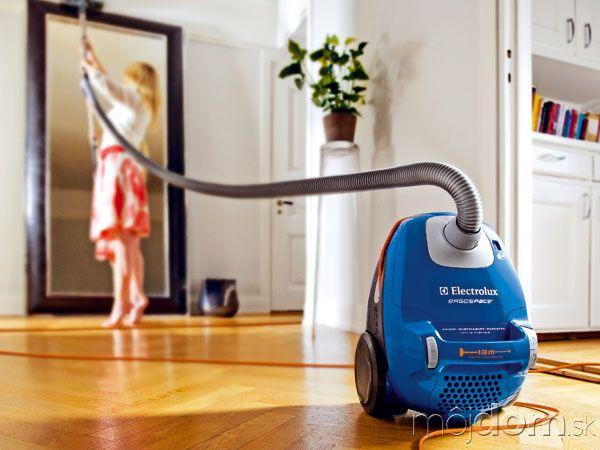 Či už máte doma tvrdé podlahové krytiny, alebo koberce svysokým vlasom, vysávač je tým najpovolanejším pomocníkom na ich údržbu. Mal by zpodlahy zozbierať aj tie najjemnejšie zrniečka prachu.