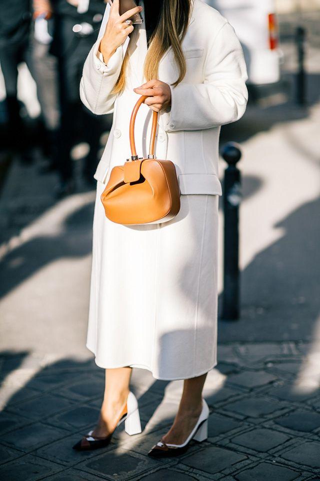 Если вы скучали по всем главным героиням модных хроник, то они наконец собрались в Париже — а значит, и в отчетах людей с камерами. Вся российская бригада, по крайней мере, в сборе: к Мирославе Дума, которая и так не пропускала показов