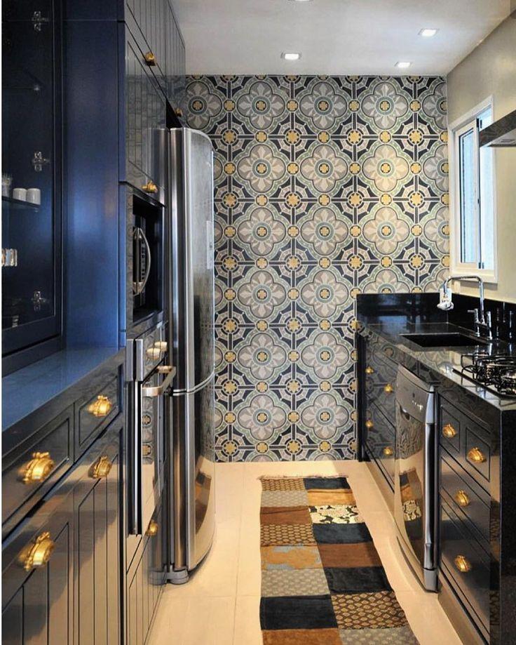 Ando numa fase completamente apaixonada por essas cozinhas estilo clássico americano. E está no tom azul marinho está perfeita. Para  completar a produção uma linda parede em ladrilho hidráulico. Perfeitoooo!!!!!