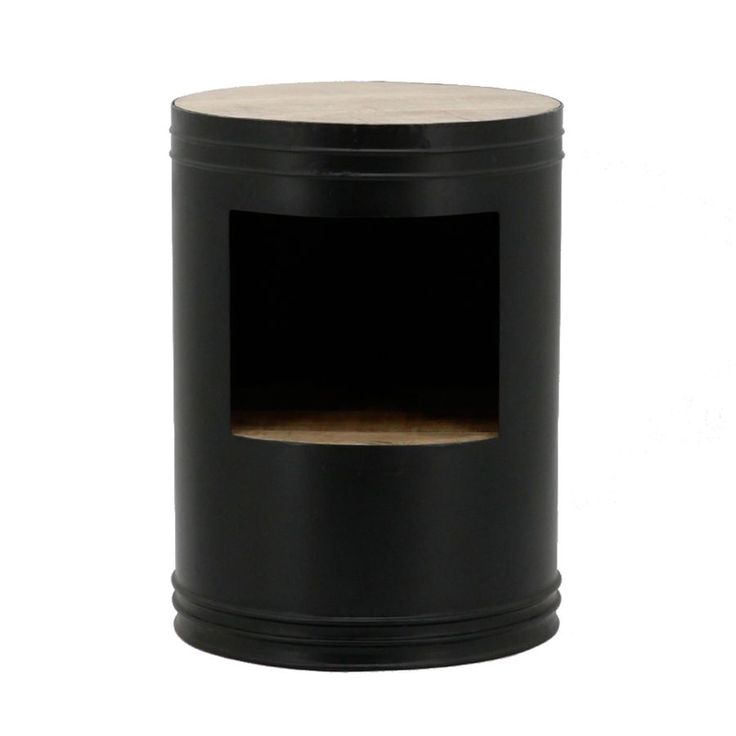By Boo Bijzettafel Barrel Zwart. Dit hippe bijzettafeltje heeft de vorm van een klein olievat en bestaat uit een metalen ombouw met daarin twee houten tafelbladen.