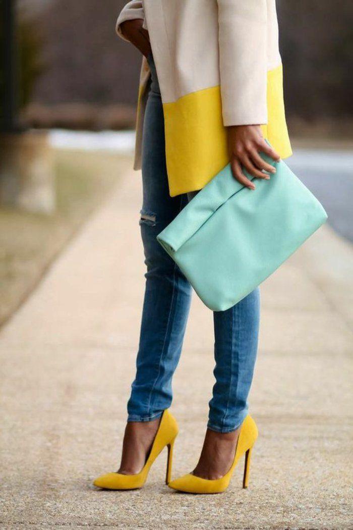 quelle couleur avec le jaune, un manteau en jaune et blanc et escarpins jaunes