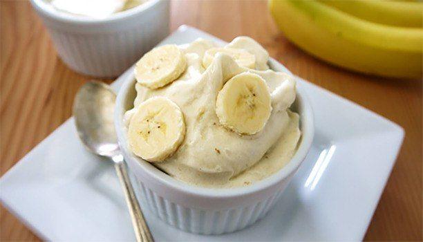 Банановое мороженое: отличный десерт!     ИНГРЕДИЕНТЫ:  • Банан — 2 шт.   • Йогурт натуральный — 100 г   • Мед — 1 ч. л  • Корица — по вкусу     ПРИГОТОВЛЕНИЕ:  1. Очищенные бананы измельчите в блендере и поставьте их до полного замораживания в морозильную камеру на 30—40 минут.   2. Смешайте замороженные бананы с мёдом, йогуртом, корицей и хорошенько взбейте. Снова отправьте смесь в морозильную камеру.   3. Через 20—30 минут банановое мороженое будет готово.  4. Сделайте из него красивые…