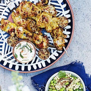 Att marinera kyckling i yoghurt är vanligt inom indisk matlagning. Låt kycklingen dra åt sig av yoghurten och alla kryddor utan stress för mesta möjliga smak. Bjud spetten med en härligt grön sallad med pärlcouscous, sojabönor och fänkål samt sval myntaraita.
