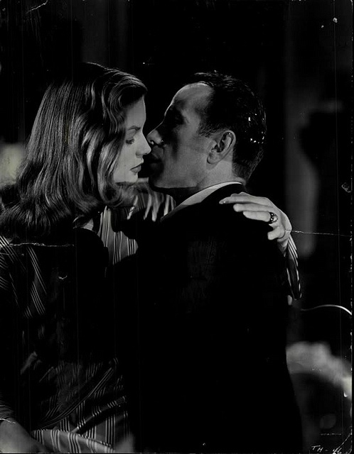 """Beijo em Hollywood: Lauren Bacall e Humphrey Bogart, """"To Have And Have Not"""" (Uma aventura na Martinica), filme de 1944 de Howard Hawks. Veja também: http://semioticas1.blogspot.com.br/2011/09/pandora.html"""