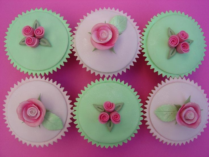 Mint groene en roze cupcakes met roosjes