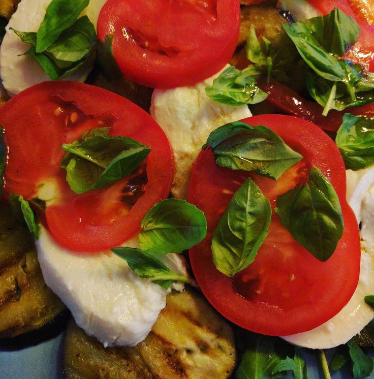 Eens een keertje een salade als diner. Dit recept komt uit het kookboek van voedzaam en snel. Gegrilde aubergine met rucola tomaat mozzarella en verse basilicum