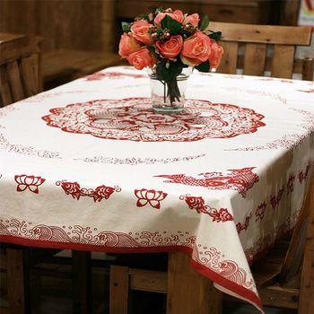 ふだんの日、気取らない中華に似合うのが白布に赤で模様が描かれた、こんなテーブルクロス。テーブルクロスはテーブルランナーに比べて印象が強くなりがち。柄物を選ぶ場合は白が入ったものを選ぶといいようです。