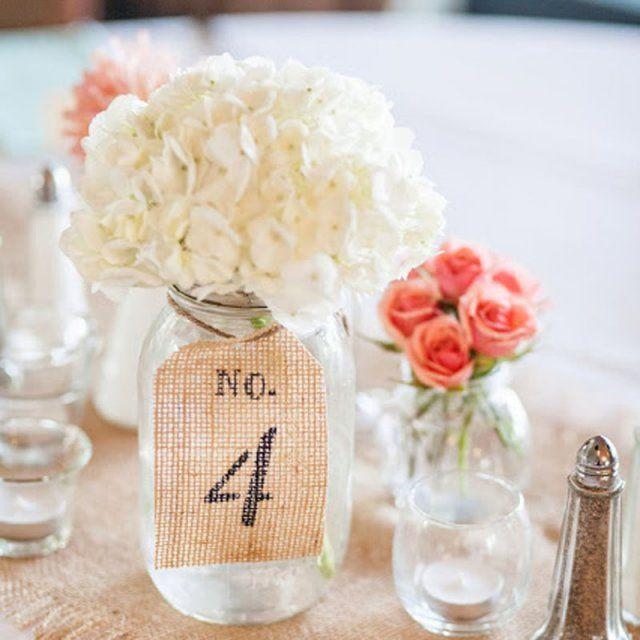 Un numéro de table noué à un bocal fleuri
