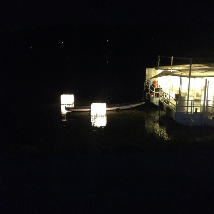 Widok na Barkę i efekty świetlne nocą.