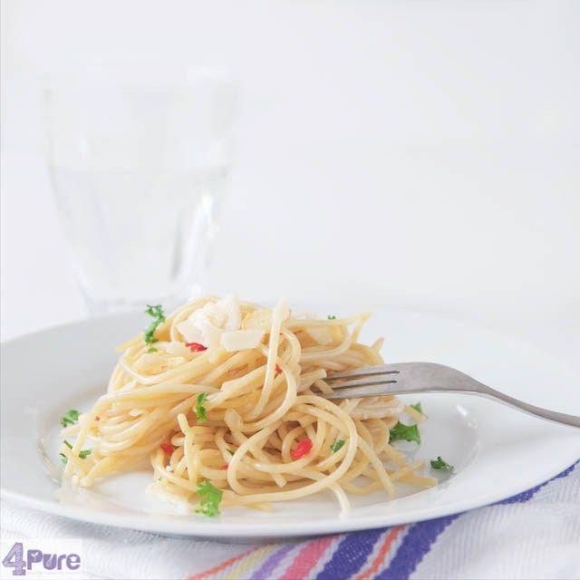 Spaghetti with olio e aglio (e pepperoni)