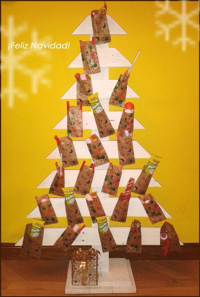 Calendario de adviento. Árbol de Navidad hecho con madera de palets