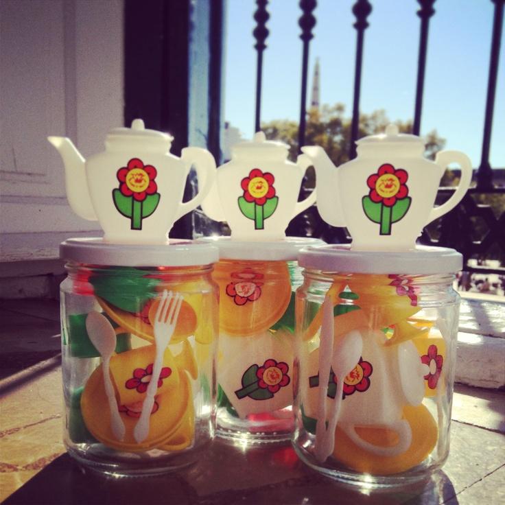 Juegos de té en frascos reutilizados de comida
