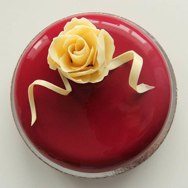 Шоколадные розы на красном глянце - такое женственное сочетание! Тортик для мамы или любимой девушки, внутри маракуйя - молочный шоколад. #тортыназаказ #тортыекб #тортыназаказекб #тортыназаказекатеринбург #yummy #жби #тортыжби #жкрассветный #cake #glase #instafood #yum #yummy#glase#moussecake#chocolatejewels#dailyarts#dessert#pastryart#cakes#тортназаказ#кондитерская#patissier#patisserie#entremet#pastrychef#екатеринбург