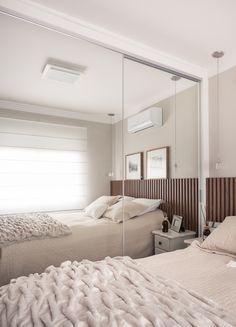 Guarda-Roupas com portas de espelho branco.   Perfeito para um quarto com pouco espaço.