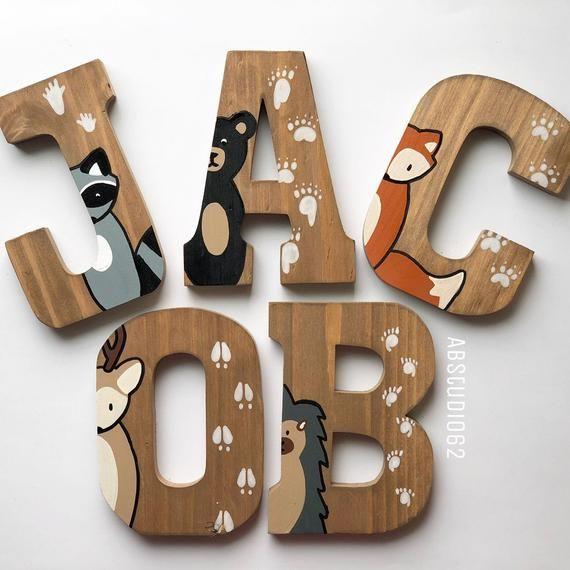 Lettres en bois pour pépinière, Woodland Nursery Decor, Lettres en bois peint à la main, créatures des bois, lettres debout libre, pépinière Fox Deer